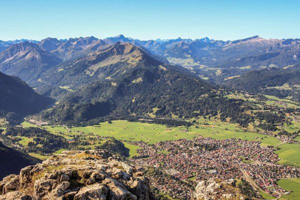 Blick über Oberstdorf in das Kleinwalsertal, aufgenommen auf dem Weg zum Rubihorn. 🏔☀️ ...
