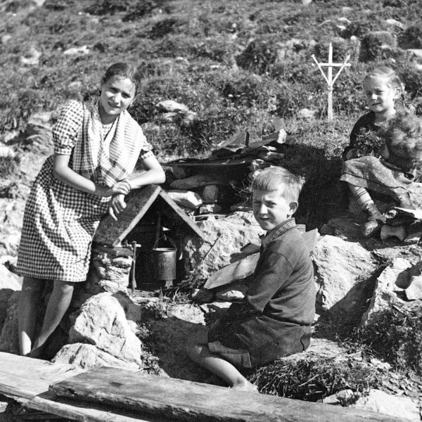 Outdoor kitchen at Stongerhöhe alp in 1943. Have a great meal! @visitbregenzerwald #throwbackthursday #tbt #cooking #venividivorarlberg #visitbregenzerwald...