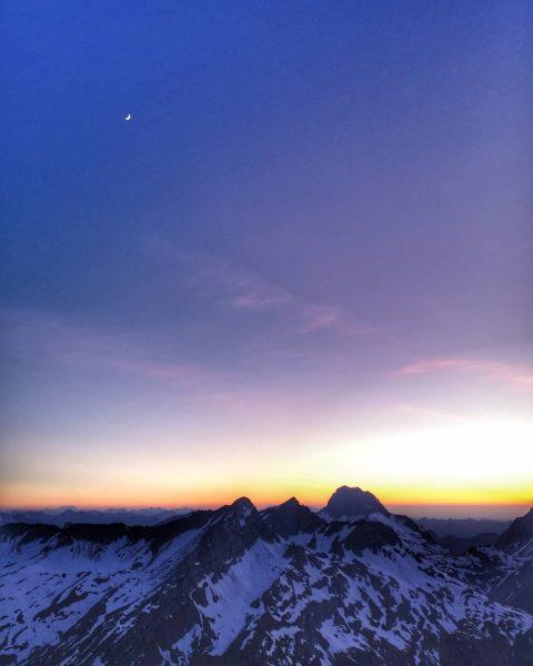 #theskyisthelimit . . . #sunset #sundowner #meintraumtag #visitvorarlberg #unserealpen #skyrunning #lechzuers #lovethisview #alpenvereinvorarlberg ...