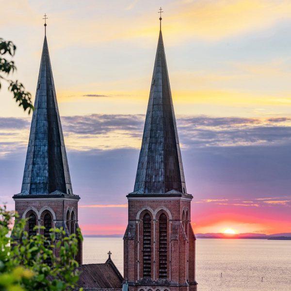 Sunset with Heart of Jesus Church #visitbregenz #herzjesukirche #sunset #lakeofconstance #bodensee #visitvorarlberg #clouds ...