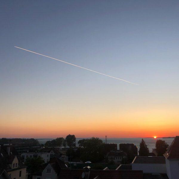 War ohne die Streifen am Himmel irgendwie schöner 😊 #flugzeug #streifen #wolken #wolkenlos ...