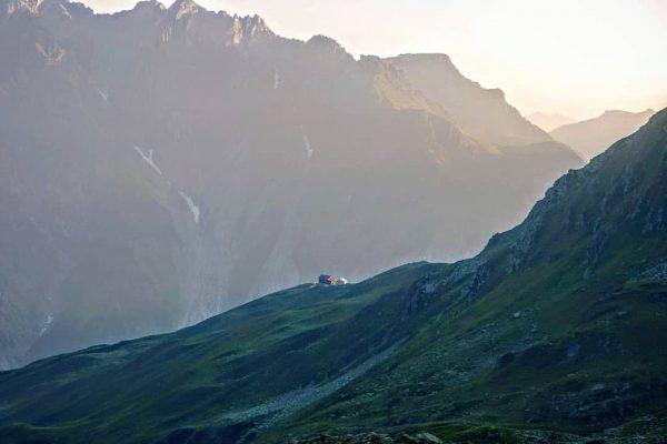 #Sonnenaufgang am #Arlberg, die ersten #Sonnenstrahlen fluten das #Lechquellengebirge, die #Kaltenberghütte steckt noch ...
