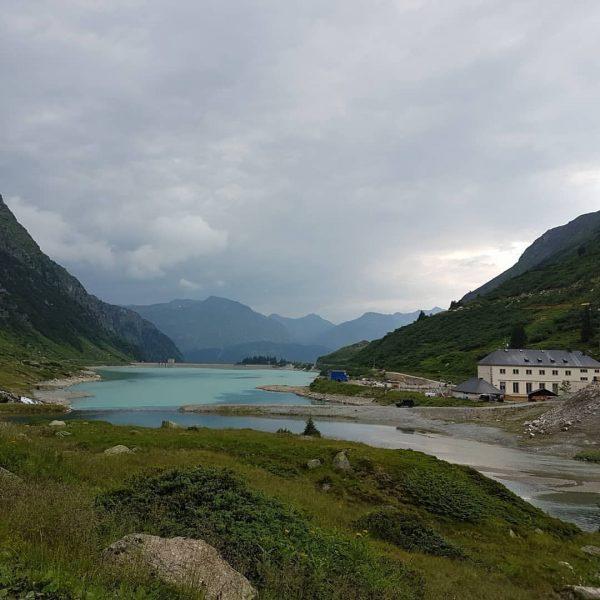#山歩きの記録 1 出発は #vermuntstausee (1743m)の登山口から 朝9時に出発し、戻ってきたのは18時💦 2823mの #hochmaderer を目指しました。 2枚目 歩き始め、山頂の十字架は隠れていますが、奥に見えているのが目指した山です。 歩き始めて1時間ほどしてガスってきて、雨が降りました☔ 雨は弱まったり降り出したり。霧の中を歩くこと1時間、休憩でエネルギー補給。 ...