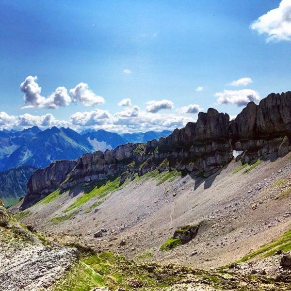 #allgäu #allgäueralpen #alps #mountains #berge #rocks #hiking #bergwandern #bluesky #summer #hahnenköpfle #hoherifen #clouds ...