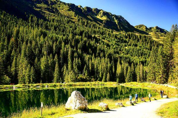 Der Herzsee ist zwar ein Speichersee, wirkt aber fast wie ein natürlicher Bergsee. ...