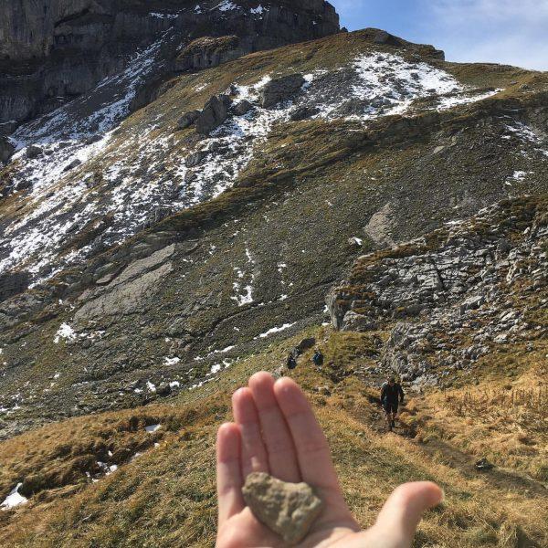 Eindeutig Bergliebe, auf alpinen Wegen zum Hahnenköpfle und in der Ferne schimmert der ...