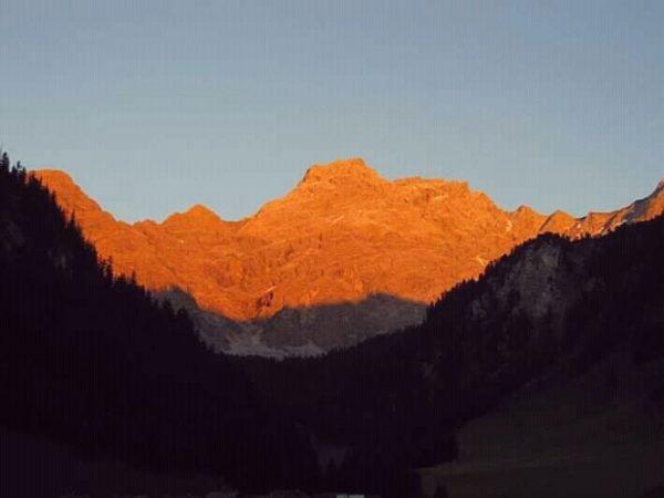 Zalazak sunca u Alpima (mjestašce Nenzinger Himmel). Inače, boja ova planine je siva ...
