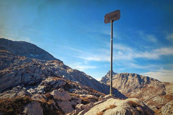 Grenzpfosten Schweiz-Österreich am #gruobenpass ( #wanderung rund um die #schijenflue von #stantönien respektive ...