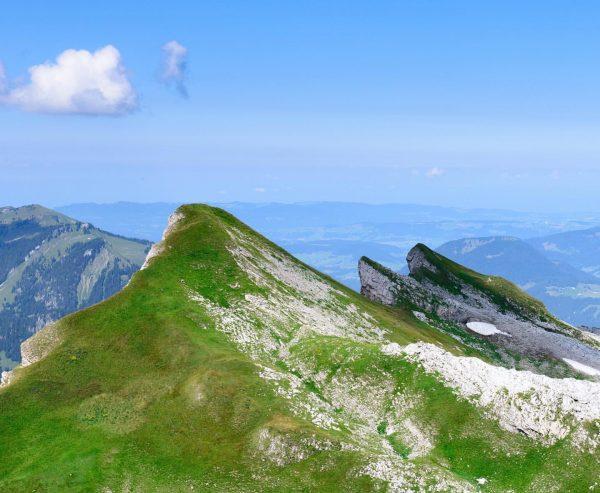 Вид с горы 🇦🇹 #hahnenköpfle 2085м. Жаль что видимый горизонт был затуманен, а ...