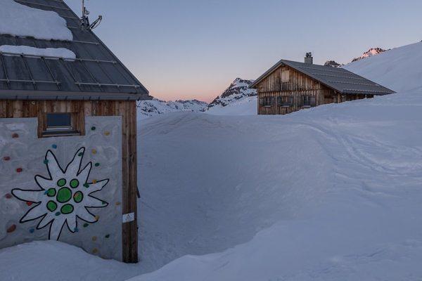 Neue Heilbronner Hütte mit dem Winterhaus im letzten Abendlicht. #neueheilbronnerhütte #heilbronnerhütte #österreich #vorarlberg ...