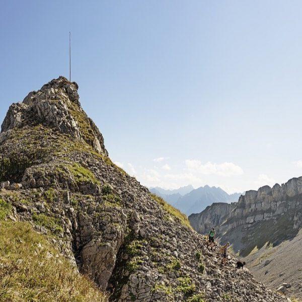 Bald zeigen sich die Berge wieder von ihrer zweiten Seite. Beeindruckende Felsen, blühende ...
