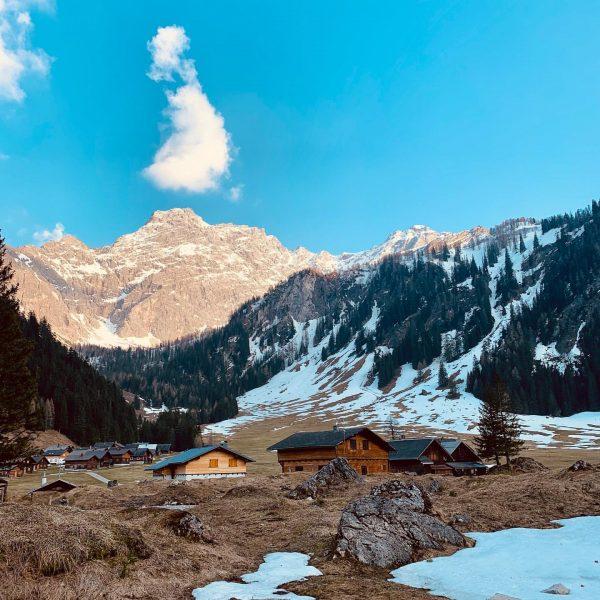 .socialdistancing.extrem. #daham #nenzingerhimmel #gamperdond #mountains #socialdistancing #nature #thesedays #heaven #love #happyeaster Nenzinger Himmel