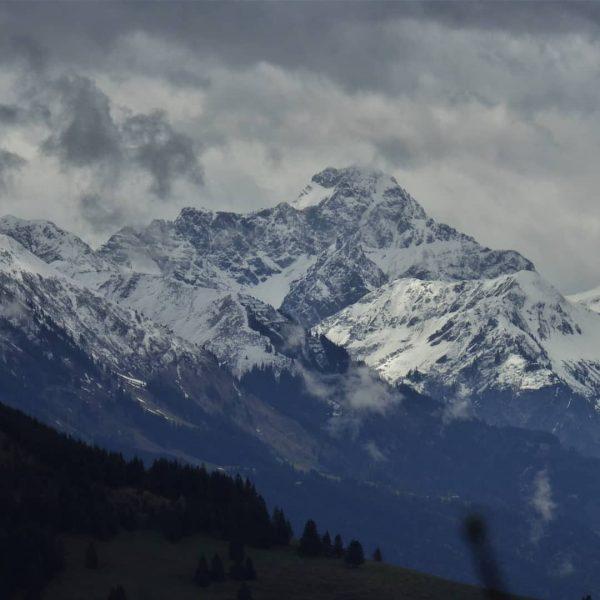 Blick vom Hirschberg ins Kleinwalsertal zum Widderstein #kleinwalsertal #widderstein #hirschbachtobel #hindelang #freiheit #ruhe ...