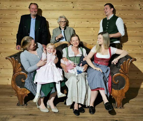 FAMILIENZUWACHS ❤️ #spaalpenrose #familytime #familiemaeser #willkommenaufderwelt #skadi und #otto #stolzeomi Aktiv & Spa Hotel Alpenrose