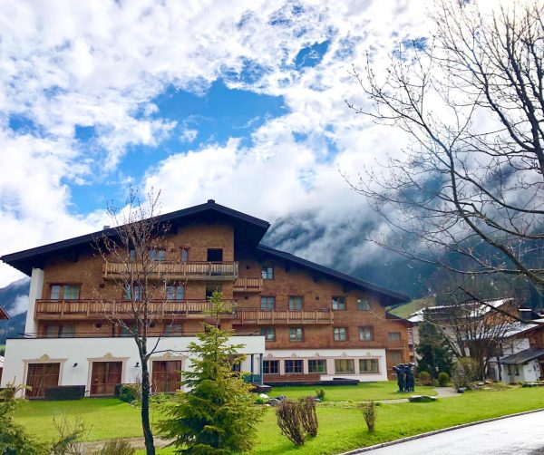 Home is where the 💚 is! #auroralech #bergefürdieseele #lechzuers #lifeisbetterinthemountains #frühling #summeriscoming #hotel ...