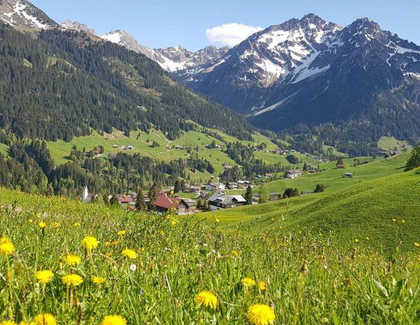 Blik op Hirschegg #Kleinwalsertal #Oostenrijk #Vorarlberg #Austria #Alps #bergen #traveling #today #Österreich #Föhn ...