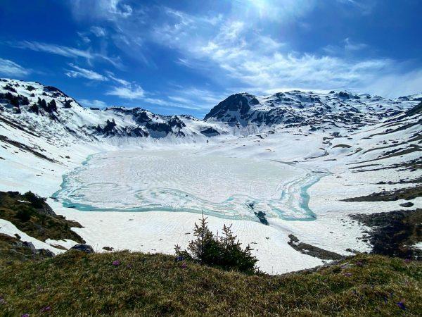 Hier trifft Frühling und Winter aufeinander. Am Formarinsee auf 1793 Meter Höhe in ...