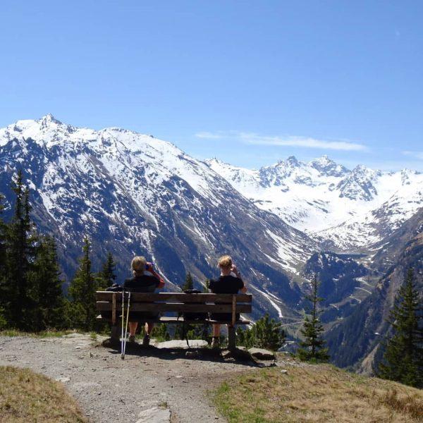 Sonnetanken und sommerliche Temperaturen genießen in unseren schönen Bergen hier im Montafon. . . . . #mitabstand...