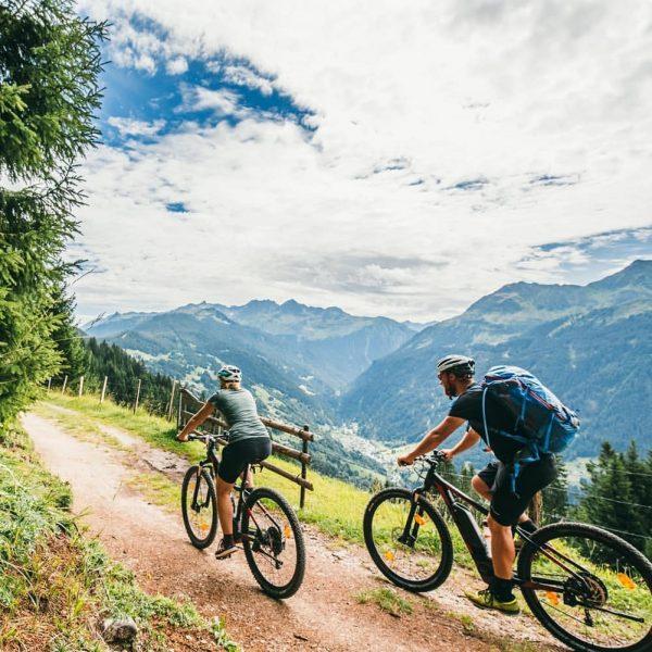 Endlich wieder mit dem (E-)Bike unterwegs sein... 🚴♀️ wie hier in Bartholomäberg. . ...