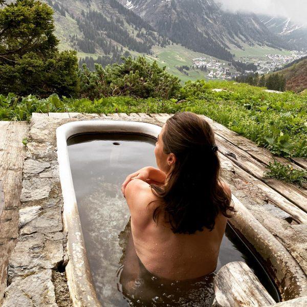 Eisiges Wasser, Blick auf Lech und viel Gelächter. Wellness für die Seele 🤩 ...