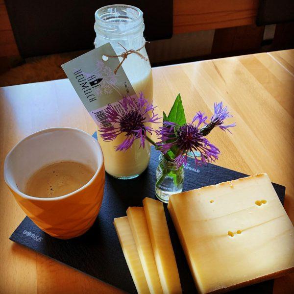 Köstlicher #hittisauerbergkäse 🧀 und frische #hittisauerhofheumilch (Rohmilch)🥛zum Kaffee ☕️ ... . . #sennereihittisau ...