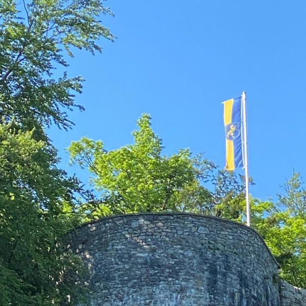 Emser-Fahne weht wieder auf der Barbakane! #fahne #hohenems #altems #schlossberg #barbakane #bluesky #venividivorarlberg