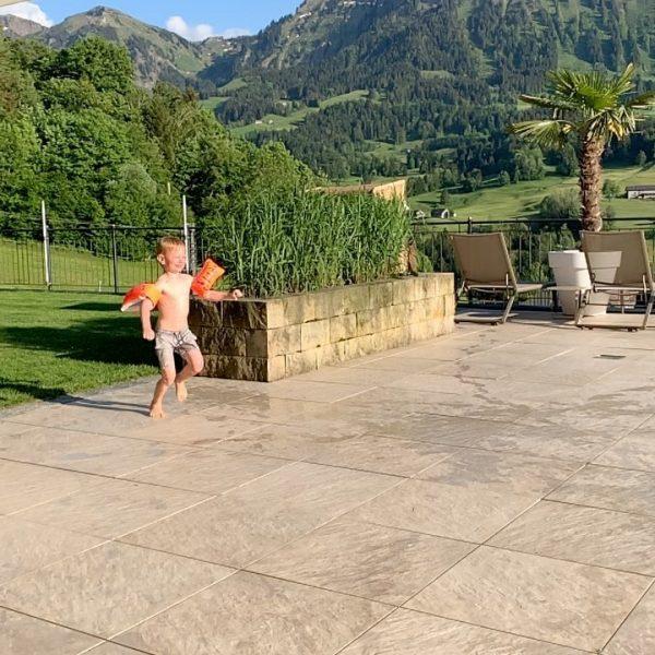 Splish, splash, I was takin' a bath...💦💦 #hotel #sthubertus #großdorf #pool #outdoor #bregenzerwald ...