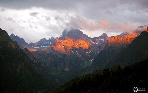Nach dem Alpenglühen deutet sich ein krasser Wetterumschwung an 😱 ...so gesehen in ...