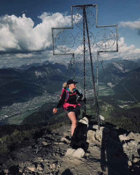 I steh am Gipfel, schau obe ins Tal a jeder is glücklich, a ...