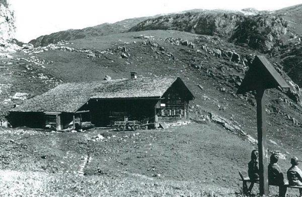 Die älteste denkmalgeschützte Schihütte am Arlberg Ursprünglich stand das Gebäude der Schröfli Alm ...