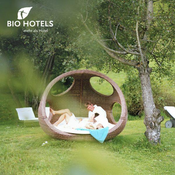 𝑩𝒆𝒓𝒈𝒘𝒆𝒍𝒕 𝒔𝒕𝒂𝒕𝒕 𝑩𝒂𝒍𝒊! Entdecke im @naturhotelchesavalisa nachhaltige Wellnesserlebnisse und starte beim Outdoor-Yoga aktiv ...