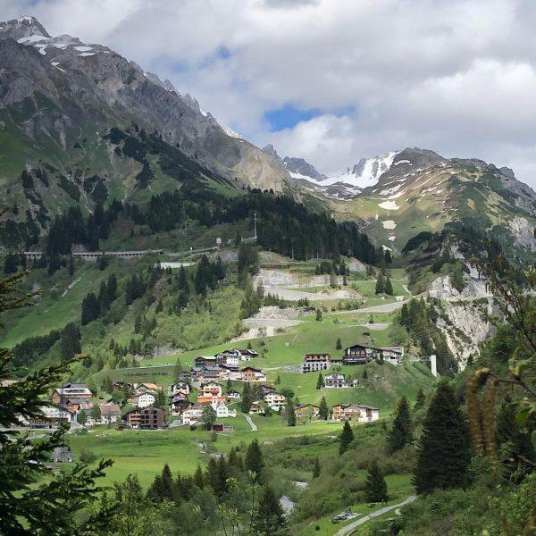 . ⛰ Wie gemalt schaut diese Aufnahme vom charmanten Bergdörfchen aus. Dabei haben ...