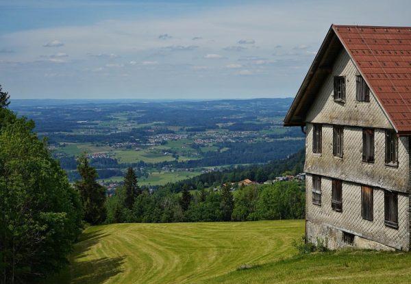 Some houses 🏡 ———————————————— #basicopticals . . #bregenz #eichenberg #vorarlberg #vorarlbergwandern #austrian #mountainhouse #greennature #mountainviews #landscapephotographer #landscapearchitect...