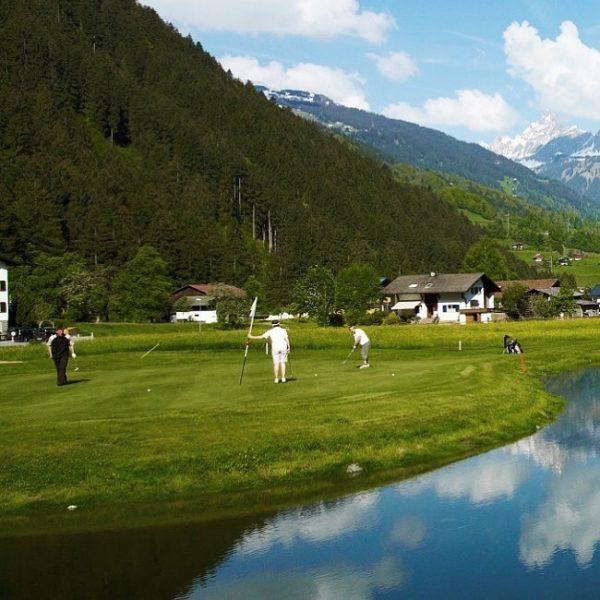Traumhafte Golfabschläge ⛳️ ——- Obwohl im Vorarlberger Montafon präsentiert sich der 18-Loch Platz ...