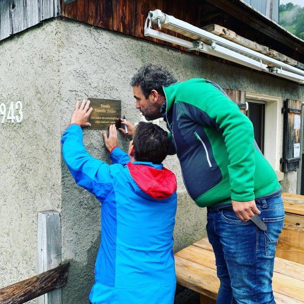 Geschenk an Familie Felder auf der #Alpe Saluver wie versprochen angebracht! #freunde #alpwirtschaft ...