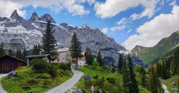 POSTCARD VIEW 🏞️ con @vanessagrimberg ° #vorarlberg #view #hike #lindauerhütte #alps #alpen #sun ...
