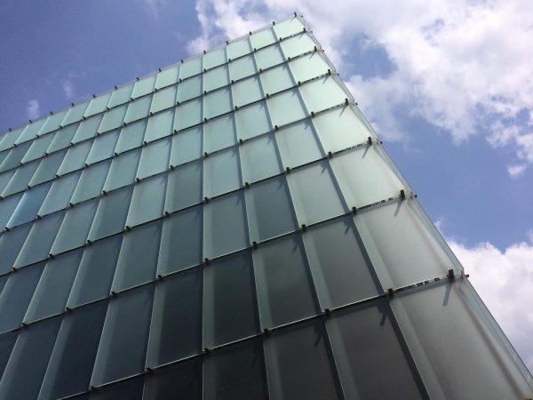 zumthor'un bregenz'deki binasının cephesini tasarlama mantığını (levhanın bir ucunun diğerinin üzerine binmesi) aynı ...