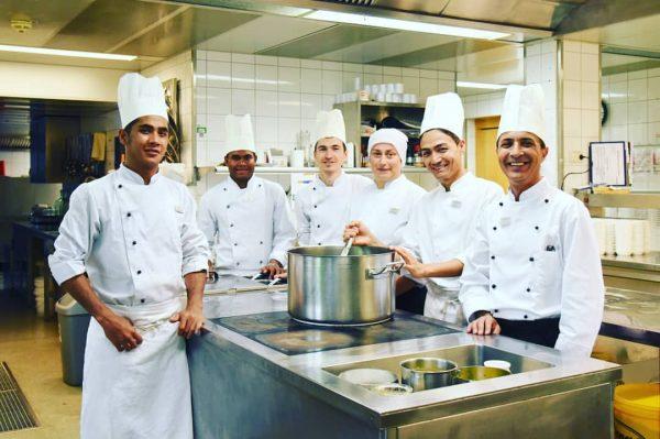 Unser motiviertes Küchenteam. 😊 #eslebe #unseremitarbeiter #koch #köchin #cooking #hotellife #hotelweisseskreuz #staff #work ...