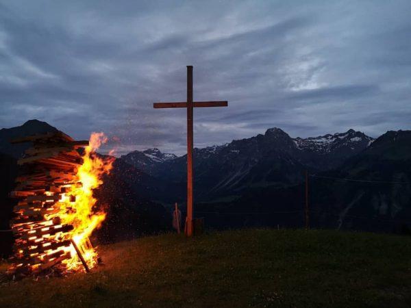Sonnenwendfeuer auf der Alpe Unterdiedams 🔥 #sonnenwendfeuer #alpeunterdiedams #alpsommer2020 #zalp #schoppernau #bregenzerwald #venividivorarlberg ...