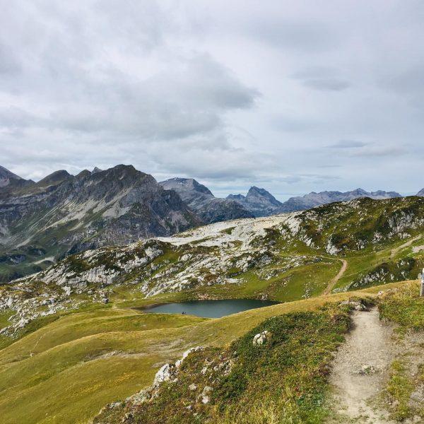 Vom Rüfikopf nach Lech... Eine unglaublich schöne Landschaft! #tssok #thesunnysideofkids #wanderlust #lech #zürs ...