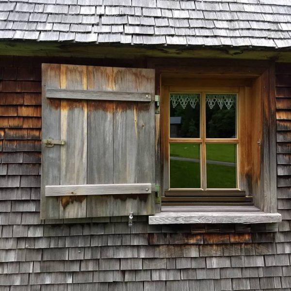 🐦Fenster einer Vorsäßhütte mit schönen alten Holzschindeln in Schönenbach - ein abgelegenes Tal ...