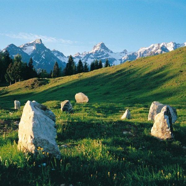 𝐒𝐭𝐞𝐢𝐧𝐤𝐫𝐞𝐢𝐬𝐞 𝘢𝘶𝘧 𝘥𝘦𝘮 𝘏𝘰𝘤𝘩𝘱𝘭𝘢𝘵𝘦𝘢𝘶 𝘛𝘴𝘤𝘩𝘦𝘯𝘨𝘭𝘢 Voller Geheimnisse sind die gewaltigen, neolithischen Steinkreise am ...