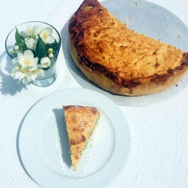 Rosi hat gebacken! Aus unserem Rhabarber im Garten wurde ein leckerer Kuchen. #alpenroseau #apartmentsalpenrose #backen #cafe #urlaub...
