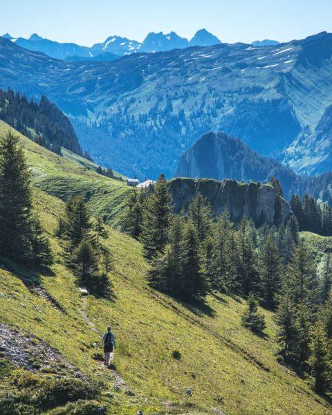 Täglich von 9 bis 17 Uhr die erfrischende Bergluft genießen! ________________ #seilbahn #halloaussicht ...