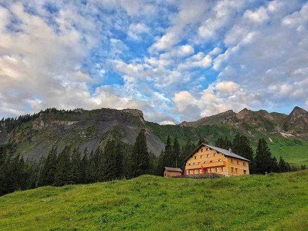 Das Alpengasthaus Edelweiß am Fuße der Kanisfluh morgens früh um 06:00 Uhr. #Österreich #Austria #vorarlberg #morgenstundhatgoldimmund #meinbregenzerwald...