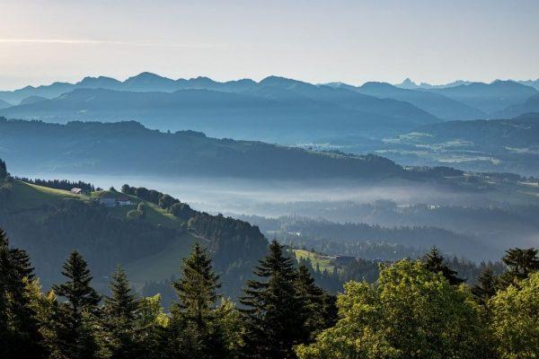Morgendlicher Blick vom Pfänder in Richtung Süden und Alpenvorland. . . . . ...