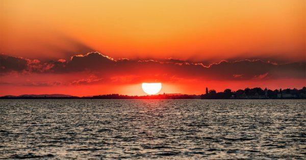 Sunset far in the west #bodensee #bodenseeliebe #bodenseeregion #bodenseebilder #sunset #lakeofconstance #visitbregenz #visitvorarlberg #nevermissasunset #lindau #lindaubodensee