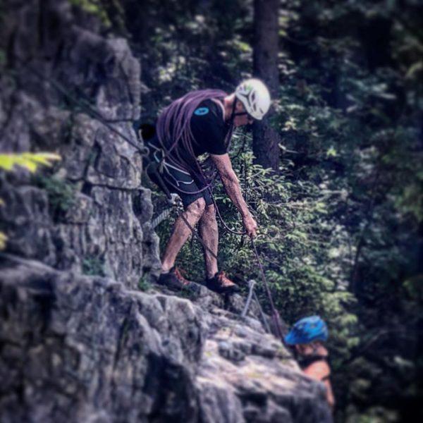 Früh übt sich! #felswand #kleinwalsertal #aufstieg #mutig #Salewa #lowabergschuhe #klettern #bergkinder