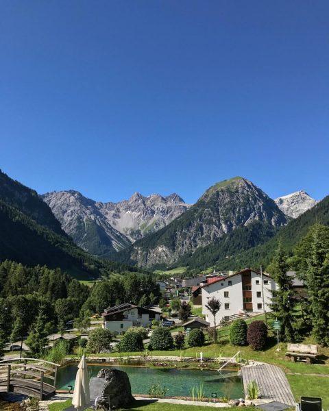 Woke up like🏔 #gutenmorgenkeinesorgen #servus #alps #views #mountains #indiebergbinigern #österreich #recoveryholiday Alpenhotel Zimba