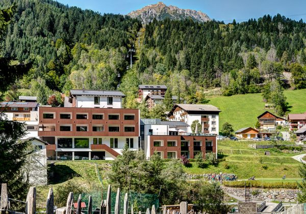 Genießen Sie Ihre Golfauszeit im @hotel_sarotla direkt am Abschlag Nr 1. Umgeben von ...